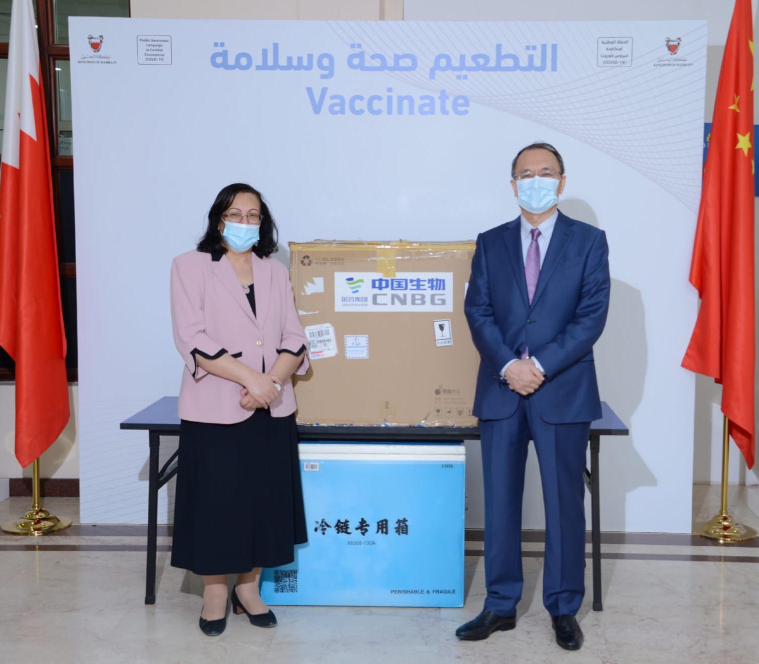 """الصحة تتسلم شحنة من 300 ألف جرعة من التطعيم الصيني """"سينوفارم"""" المضاد لفيروس كورونا (كوفيد-19)"""