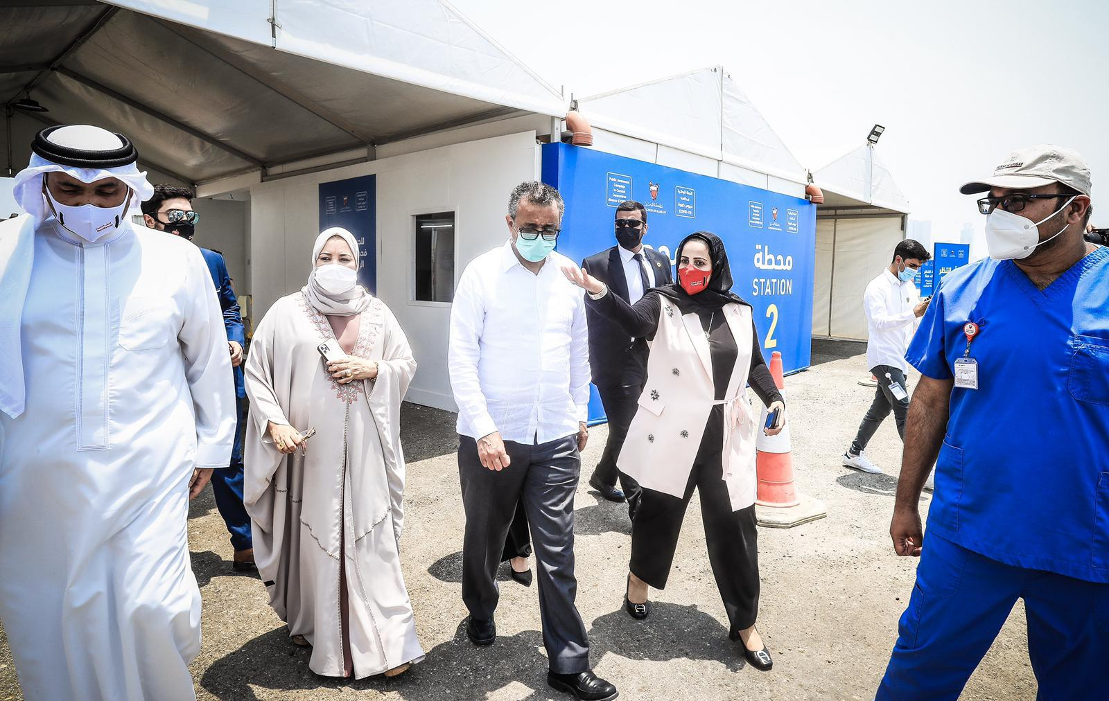 خلال زيارته عددًا من مراكز الفحص والتطعيم في المملكة .. المدير العام لمنظمة الصحة العالمية: مملكة البحرين من الدول الرائدة في التعامل مع جائحة فيروس كورونا